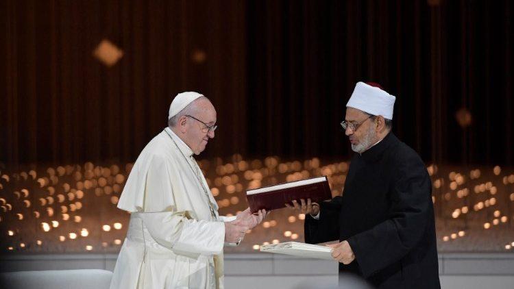 F/Papa Francisco e o Grão Imame de Al-Azhar, Ahmad al-Tayyib, durante a assinatura do Documento sobre a Fraternidade Humana  (Vatican Media)